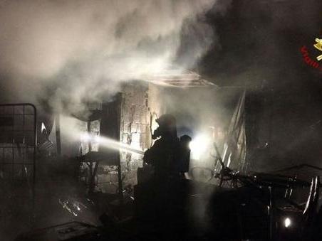 Rogo nel ricovero attrezzi: le fiamme bruciano anche due camion