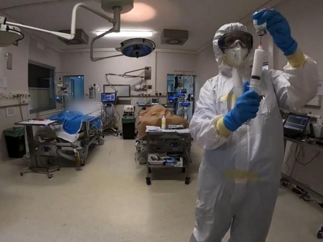 Covid, si rafforza il trend positivo nell'ultima settimana: calano i contagiati e i ricoverati negli ospedali