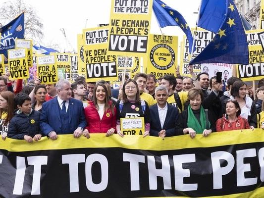 A Londra una manifestazione pro Europa senza precedenti, e May si prepara al peggio