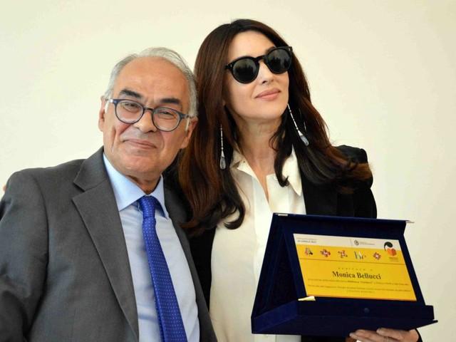 Vip: Monica Bellucci torna a casa e visita nuova biblioteca a Città di Castello