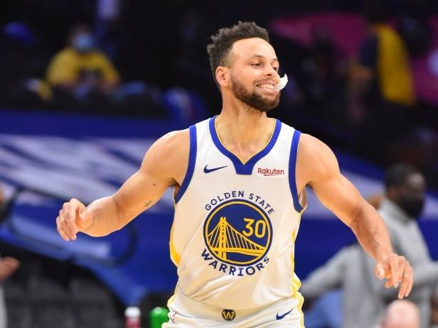 NBA, risultati della notte: Curry leggendario e 76ers ko, Phoenix batte Milwaukee all'OT