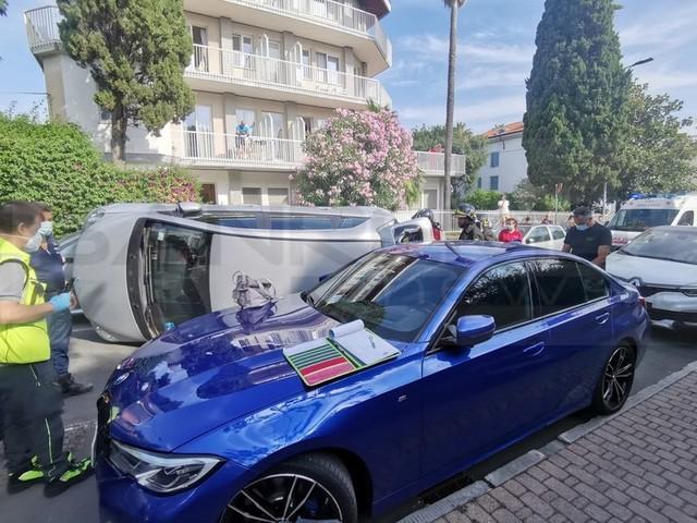 Bordighera: rischia di capottarsi in via Veneto e finisce sul fianco, lievi ferite per una donna di 70 anni (Foto)