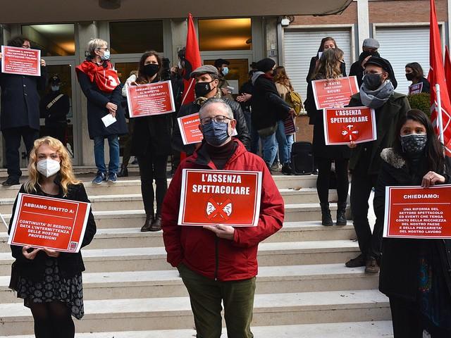 """Lavoratori dello spettacolo protestano in piazza: """"Il nostro lavoro muore"""""""