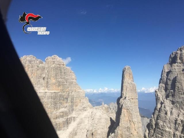 """Una """"slackline"""" sul Gruppo del Brenta mette in pericolo l'elicottero del 118 I carabinieri indagano su quattro giovani"""