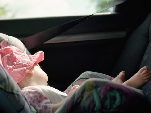 Bimbi dimenticati in auto: arriva il dispositivo di allarme