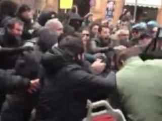 Scontri a Bologna prima comizio di Forza Nuova: feriti quattro studenti e un agente