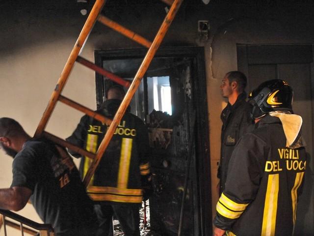 Roma, rogo a Ostia: in fiamme due appartamenti, i pompieri salvano un cane