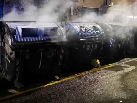 Rogo a Monteverde, in fiamme sette cassonetti: danneggiata un'automobile