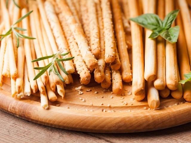 Grissini fatti in casa, l'antica ricetta di origine piemontese. Con un tocco di malto