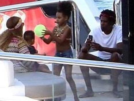 Beyoncé e Jay-Z da Amalfi a Ponza con Blue Ivy e i gemelli Rumi e Sir che iniziano a camminare (foto e video)