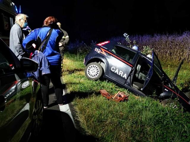Incidente a Busano, auto dei carabinieri si scontra con una 500 e finisce in un fosso