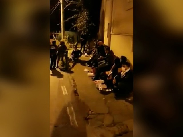 Campania, sedici migranti sbarcano sulla spiaggia di Nerano: una salumeria li accoglie riaprendo e dà loro da mangiare