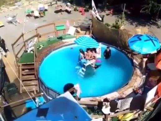 Il centro sociale come l'hotel: in piscina per sfidare Salvini