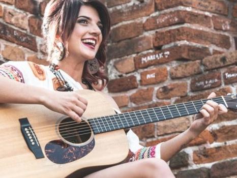 Senza Destinazione è il nuovo singolo di Tonia Cestari, le regole del mondo infrante dalla libertà di sognare (intervista)