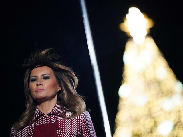 Trump accende albero di Natale alla Casa Bianca insieme a Melania