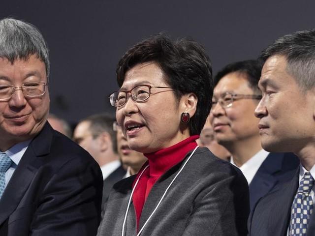 """Forum di Davos, Carrie Lam: """"Non abbandono la nave in questo momento"""""""