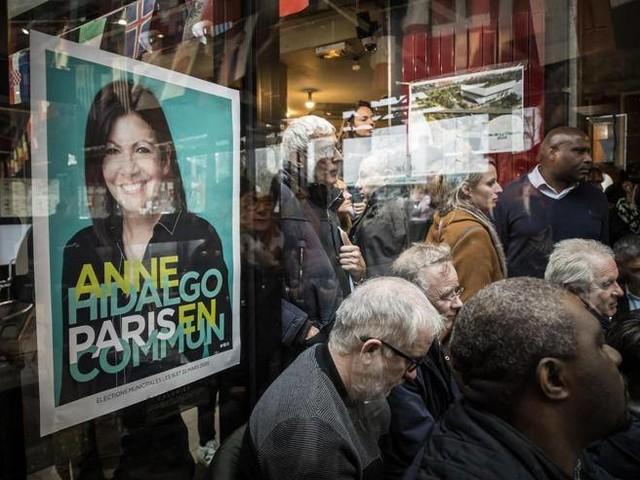 «Mai più auto vicino alle scuole». Il duello di Parigi è tutto sul traffico