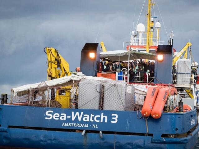 Lampedusa, emergenza migranti: la Sea Watch 3 vorrebbe forzare il blocco