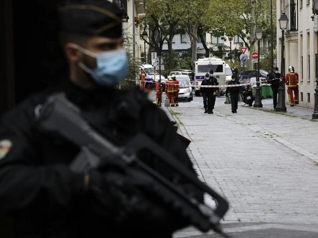 Parigi, 7 persone sono state arrestate per l'attacco davanti alla vecchia sede di Charlie Hebdo