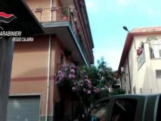 Arresto Giorgi, i carabinieri esultano per l'operazione ma un vicino di casa bacia le mani al boss di San Luca