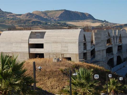 Dal Teatro di Consagra nel Belice terremotato parte il viaggio di Cucinella verso la Biennale
