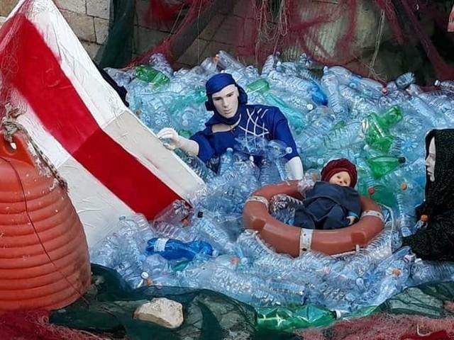 San Giuseppe e la Madonna migranti in mare, Gesù bambino di colore: polemica per il presepe di Acquaviva