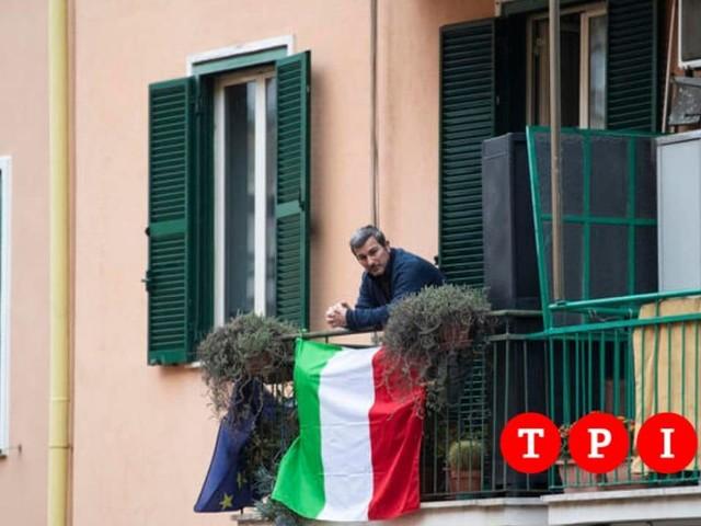 """25 Aprile, il flashmob dell'Anpi: """"Cantiamo Bella ciao dai balconi. C'è bisogno di speranza e coraggio"""""""