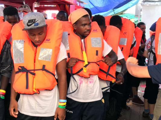 Il Viminale apre il porto sicuro di Lampedusa, la Ocean Viking può entrare
