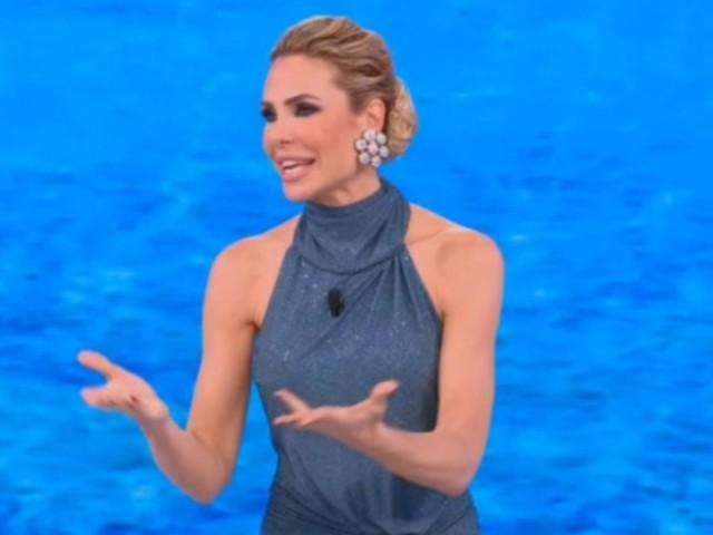 Ilary Blasi indossa un meraviglioso abito blu all'Isola dei Famosi: il prezzo è da capogiro