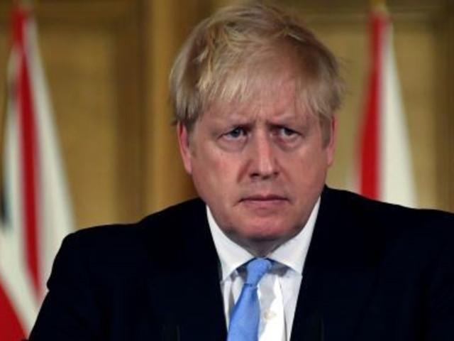"""Boris Johnson, i social lo accusano: """"Ti fai suggerire con l'auricolare…"""""""