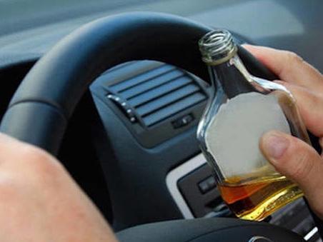 Pizzicato al volante ubriaco, senza documenti e patente: denunciato