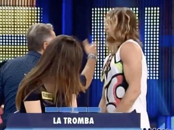 """Paolo Bonolis schiaffeggia Daniel Nilsson per difendere Luca Laurenti: """"Coso, questo è un amico mio"""""""