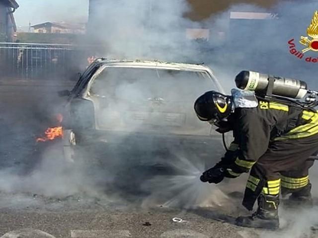 Prima il fumo, poi le fiamme: macchina completamente distrutta, il guidatore si salva in extremis