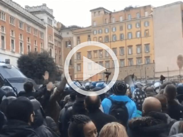 """""""Io Apro"""", manifestanti verso Piazza Parlamento gridano """"libertà"""". Il video"""