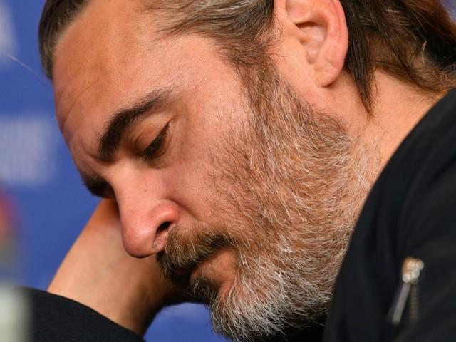 Incidente per Joaquin Phoenix, l'auto è finita contro un camion: le condizioni dell'attore