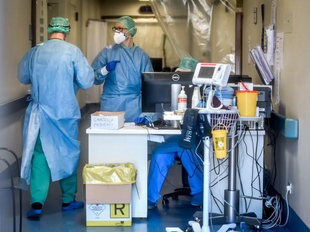 Coronavirus, trend dei positivi in calo. 837 morti in un giorno