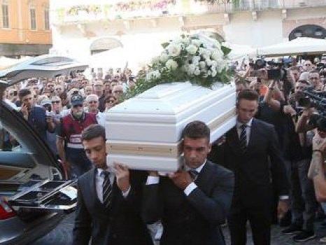 """La cravatta nera sulla bara bianca, l'ultimo saluto a Nadia Toffa: i funerali della """"iena combattente"""" - Foto"""