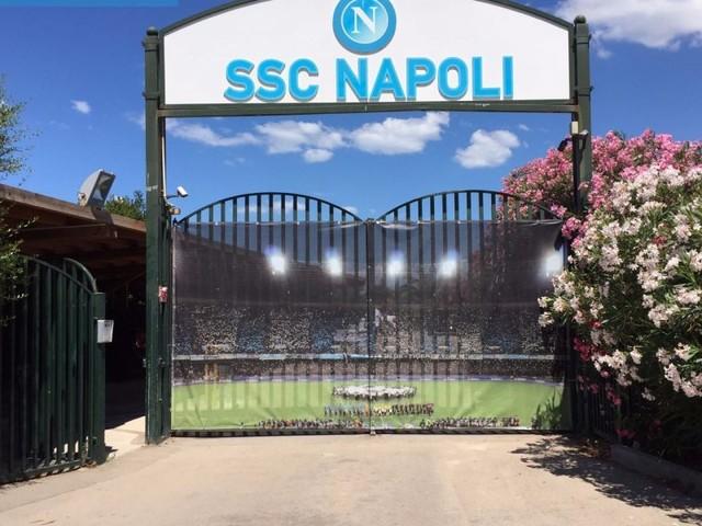 Seduta mattutina per il Napoli, lavoro rigenerante per i reduci di ieri. Domani la partenza per Roma