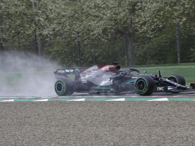 F1, perché Lewis Hamilton non è stato sanzionato a Imola per la retromarcia in gara? La spiegazione di Michael Masi