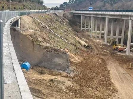 Maltempo, sensori rilevano il movimento di una frana: chiuso viadotto sull'autostrada A6