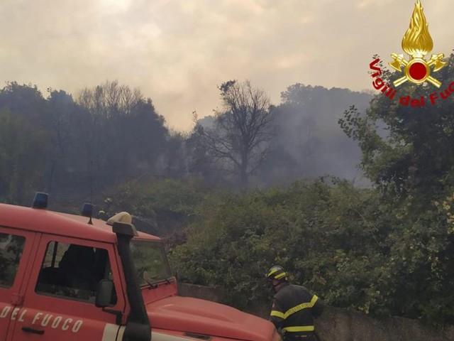 Rogo nell'Oristanese, le fiamme raggiungono il centro abitato di Cuglieri. Quasi 400 gli sfollati