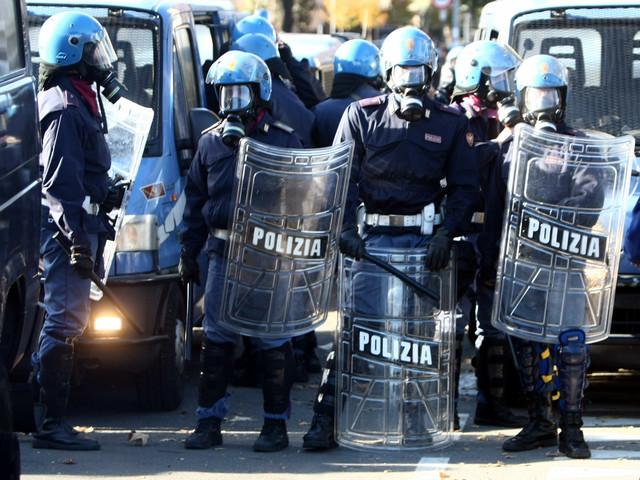 """La sinistra vieta di intitolare la via alle forze dell'ordine: """"Gli agenti sono fascisti"""""""