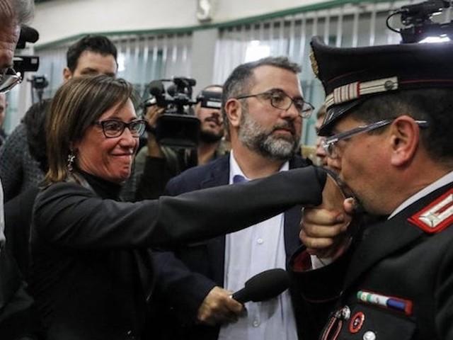 """""""Ecco perché l'ho fatto"""". Stefano Cucchi, il carabiniere del baciamano alla sorella Ilaria rompe il silenzio"""
