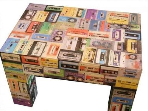 Riciclo creativo: le vecchie musicassette diventano sedie, borse e portaoggetti