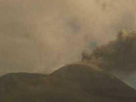 L'Etna non si ferma, nuova fontana di lava e nube alta 9 km visibile da Taormina