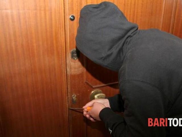Sorpreso dal proprietario durante il furto in casa, fugge a piedi: bloccato dai carabinieri