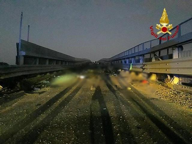 Auto contro guardrail, morti 4 giovani nel Catanese
