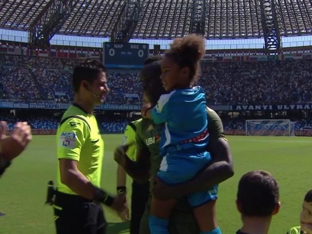 Mario Balotelli tenero papà con Pia, la tiene in braccio e le dedica il gol