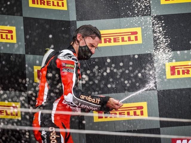 Superbike, Estoril: Davies saluta la Ducati con una vittoria, caduta per Rea