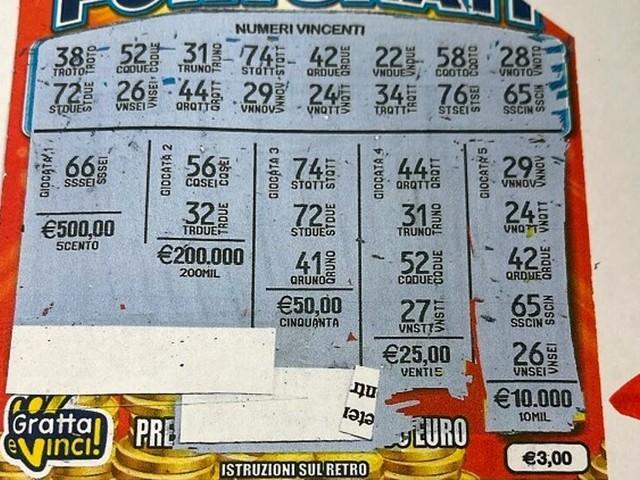 """Investe 3 euro su un gratta e vinci: i """"numeri fortunati"""" lo premiano con una ricca vincita"""